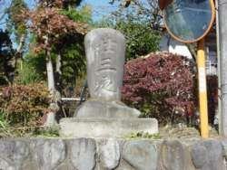 路傍にたたずむ二十三夜塔、津久井地域には100基以上あるとされる。(緑区小渕)