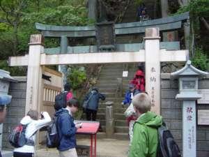 上社(石尊社)に登る所にある「片開きの門」。普段は扉が片方だけ開いているが、今回は両開きになっていた