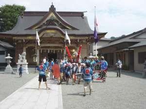 田名八幡宮での御霊入れの終了後、滝の自治会館に向けて出発する滝の子ども神輿