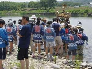 相模川に入った子ども神輿 (水郷田名地区)