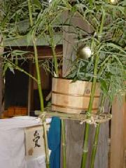 社殿の柱に置かれた桶