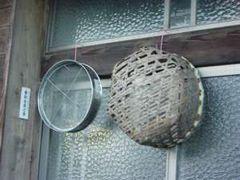 吊るされた篩とイモフリメカイ