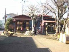 左が成田不動堂、右が大鷲神社