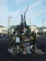 ⑦こども広場に正月飾り等を積み上げる(2014年1月12日)