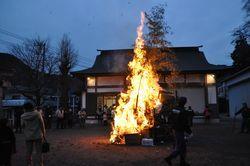 ⑭緑区青山神社。18日午前6時点火。津久井地区では早朝に点火の場所が比較的多く見られる。