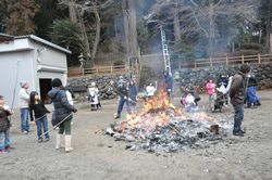⑮緑区青山神社の団子焼き。⑭と⑮は五十嵐さんと千葉さんが訪れた