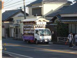 お囃子を乗せた向原のトラックが巡行する