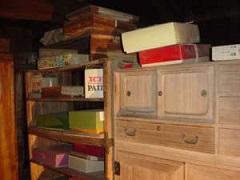 蔵の中の様子。二階部分に大量の衣類が保管されていた