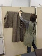 衣類の整理では壁に掛けて寸法を測ったり、撮影を行う