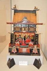 昭和10年頃の三月節供に飾った御殿の形をしている雛飾り。きれいな飾り物で、子どもたちも熱心に見ていた