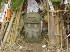 道祖神碑が燃やされるものの 中に置かれる