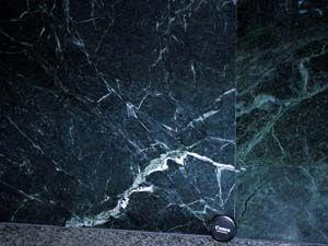 ビルの壁の石材として利用されている蛇紋岩