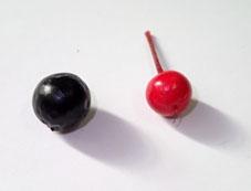 左)ヤブラン、右)マンリョウの果実