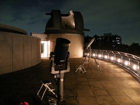 夜の観測テラス(奥は天体観測室)