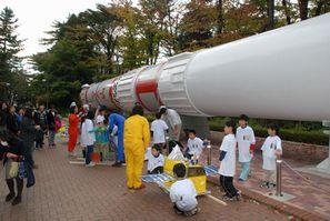 JAXA宇宙科学研究所のロケット前にて