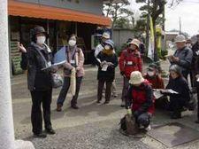 会員で御嶽神社の氏子の方がお祭りの様子などを説明しました。 (御嶽神社にて)