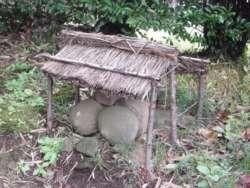 道祖神を覆う小屋、まだこうしたものが残されている地区がある。(川崎市麻生区岡上)