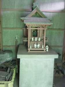 社殿の中にある瘡守稲荷。左横に絵馬がまとめて置かれている
