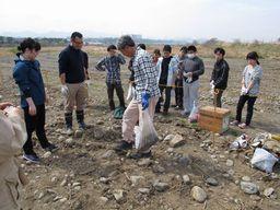 種まきの方法を桂川・相模川流域協議会の方から教わる