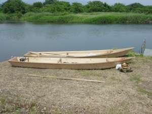 二艘の新造船。奥が帆掛け船、手前が伴走船