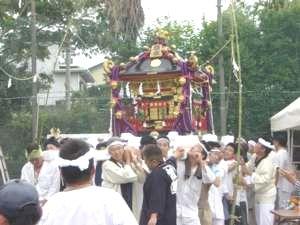 14日(日)の天王祭当日。大人の神輿が自治会館から出発する