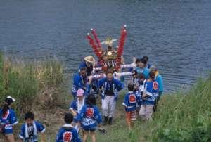川に入った神輿(滝地区)