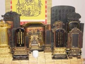 盆棚に出された福田家と貞心尼(向って右)の位牌