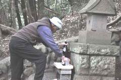 石祠へのお供えものの準備 (4月3日)