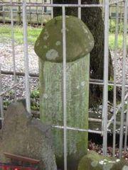 祠の隣りにある男根型の道祖神。古くから有名なものですが、今では盗難防止で柵の中です