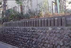 明治5年に建てられた同形の34基の庚申塔が並んでいるところもある