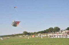 揚がった八間凧。上に見えるのは同時に揚げられている三間凧