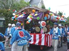 半在家の囃子が乗った車(田名地区。7月15日)