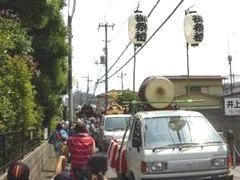旧の大山道を、太鼓を先頭に進む橋本地区の御輿と山車(7月29日)
