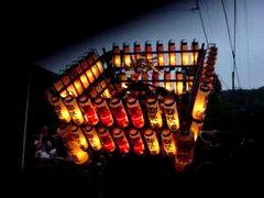 提灯に火が入った御輿が揉まれると一層幻想的である
