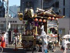三崎町(下地区)・上側に人形が乗るのではない形式の山車で明治40年頃の建造と伝える
