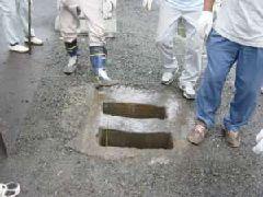 竿を立てる穴は常設で掘られている。普段は金板でふさいでいる
