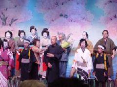 保存会会長(真ん中)を囲んで出演者一同で観客にご挨拶
