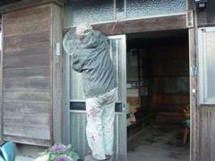 篩を玄関に吊るす