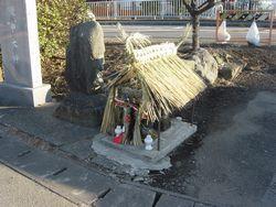 ①南区当麻・中下宿の道祖神の小屋。前日に5名の役員によって作られた