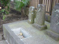 ⑪町田市金森町。向かって右側の二番目の碑が道祖神。手前の穴には普段は丸石が二つ納められている