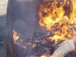 ⑫少し分かりにくいが、丸石が正月飾りの中で一緒に燃やされている。ここでは道祖神の石を今でも燃やしている(町田市金森)