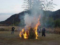 ⑤午後4時に点火。大きな火が周りの風景に生える(緑区小倉)