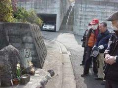 双体道祖神碑を観察する会員。ここにも「ケズリカケ※」がある
