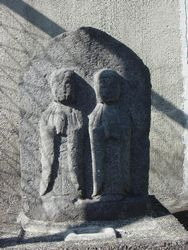 この地区(下新田)で祀る道祖神の一つ。 県西部には双体道祖神が多く分布する