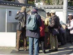 戸川の県内最古の双体道祖神碑。近年、祠に扉が付けられ、上部から見るようになった