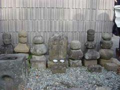 堀山下の双体道祖神碑。周りに五輪塔などの多くの石が置かれているのが特徴的