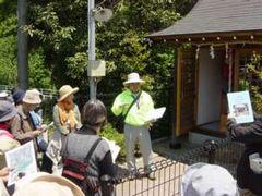 今回の見所の一つである堀之内集落の「貞心社」でも、地元に住む会員の井上さんから詳しく説明をした
