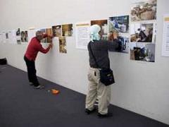 特別展示室の壁に解説・写真パネルを打ちつけるのも大事な展示作業