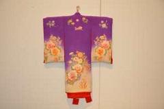 同じく昭和10年頃の女児が生まれた際の宮参りに使われた着物。多くの着物は特に女性の人気を集めた