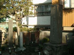 上野谷中・天龍院にある方成の墓(写真右) (写真左は伊東玄朴の墓)
